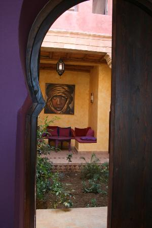 Villa Gonatouki: Peeping through to the terrace garden