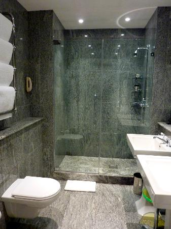 Crosby Street Hotel: the bathroom