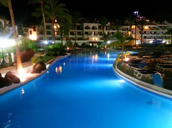 Parque Santiago: main pool at night
