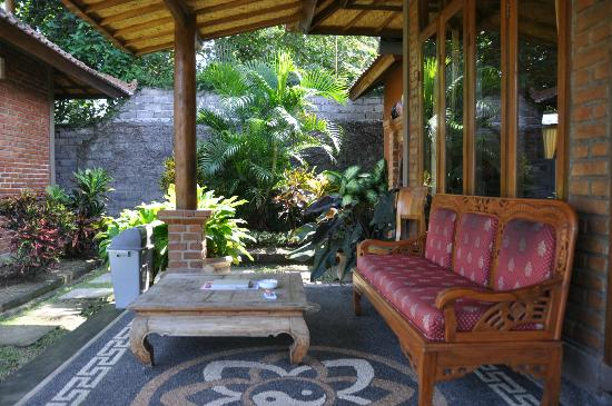 Krisna Villa's Guest House: Outside of bungalow