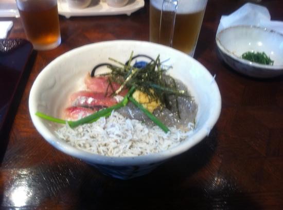 Shirasuya Honten: 三色丼(釜揚げシラス&生シラス&アジ)