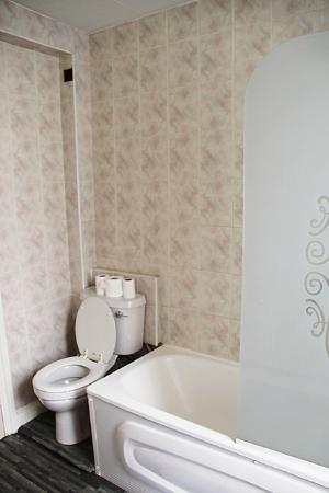 Boston Court Hotel: Bathroom