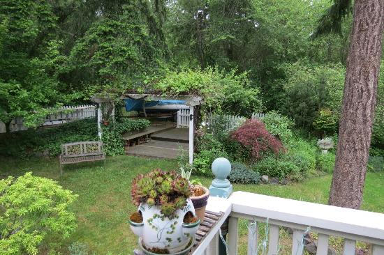 Huber's Inn Port Townsend: Garden with covered area