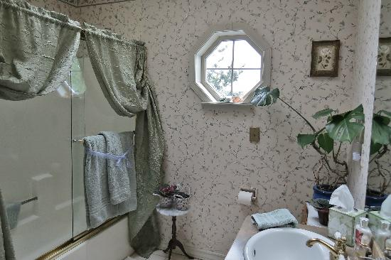 Huber's Inn Port Townsend: Even a view of lagoon from suite's bathroom