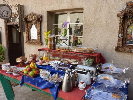Orient Guest House: Frühstücksbuffet im Innenhof