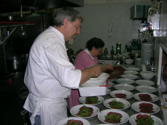 Don Camillo: preparazioni dei piatti per un ricevimento.