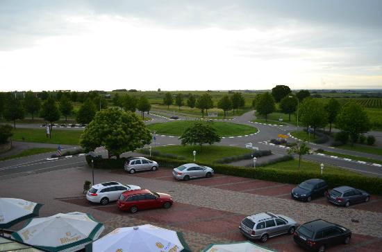 Schweigener Hof: Sicht auf Parkplatz + Strasse