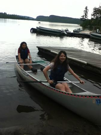 Clearwater Historic Lodge: Enjoying the canoes