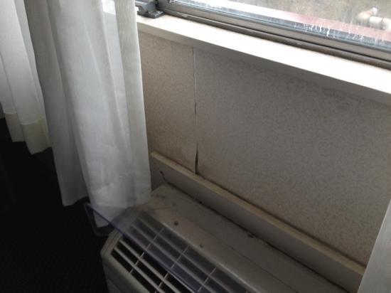 Econo Lodge: Dirty, pealing wallpaper.