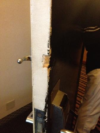 Econo Lodge: Screwed up door.