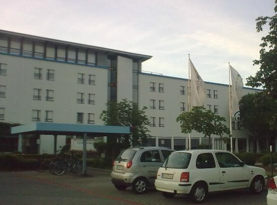 Commundo Tagungshotel: Front of hotel and car park