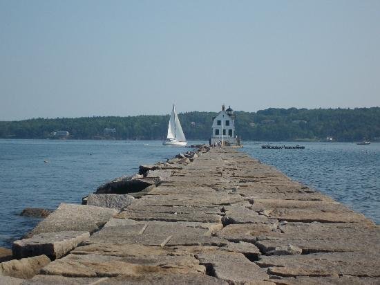 Glen Cove Inn & Suites: Breakwater lighthouse about 5 minutes from motel