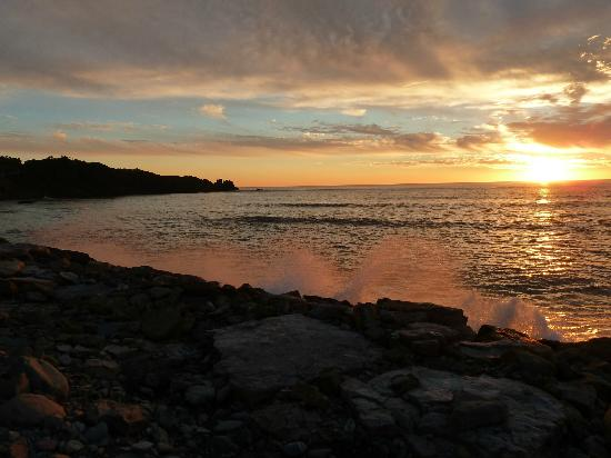 Punakaiki Beachfront Motels: Sunset over Pancake Rocks from the breakwater.