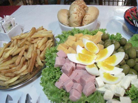 Coronado Beach Hotel : una rica en salada con papas fritas!