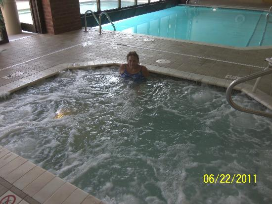 Drury Inn & Suites Columbus Convention Center: hot tub and indoor area of indoor'outdoor pool