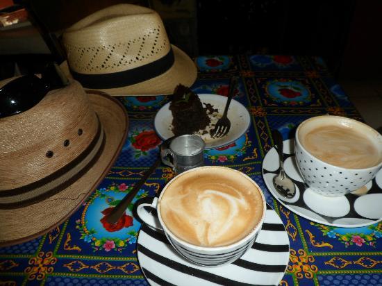 La Prensa Francesa Cafe: Lattes and chocolate cake with espresso