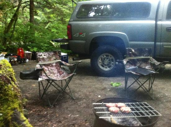 Paradise Valley Campground: Enjoying the BBQ grill provided by the campground
