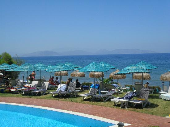 Faustina Hotel: Poolside and view of the sea