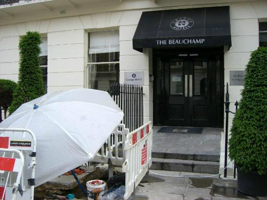 Grange Beauchamp Hotel: Work in progress at Front door