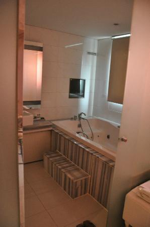 Hotel 648: bathroom