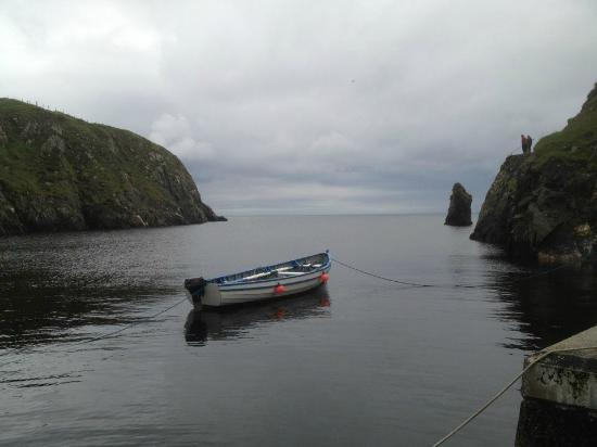 Malinbeg Hostel: Small cove with harbour, close to the hostel