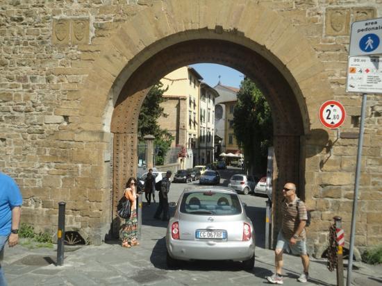Torre di San Niccolo: Driving through the Porta San Niccolo