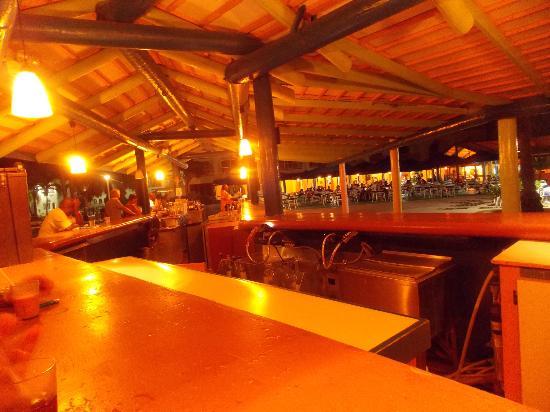 Starfish Jolly Beach Resort: Main bar at night