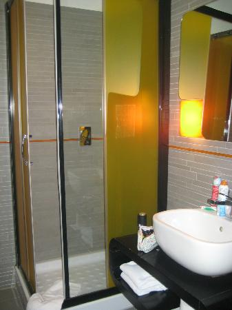 Orange Hotel: Bathroom
