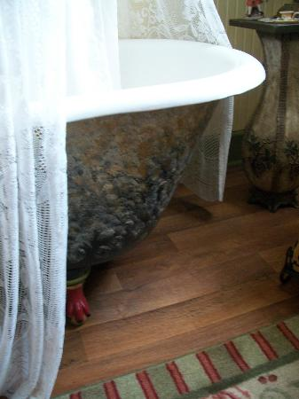 Schuster Mansion Bed & Breakfast: Claw-footed tub