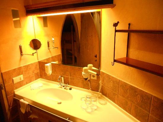 """Hotel """"Castillo Alcazar"""" Europa-Park: la salle de bain"""