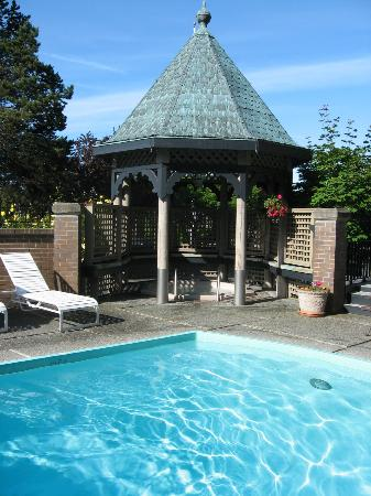The Coachman Inn & Suites: loved the pool