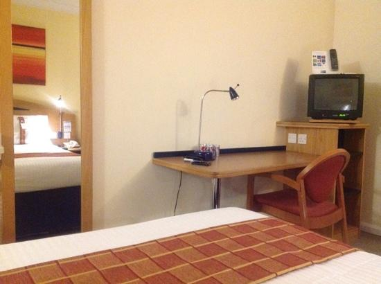 Holiday Inn Express Glasgow Airport: basic but adequate furnishings