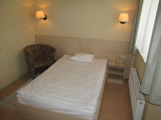 Kolonna Hotel : Room with bed