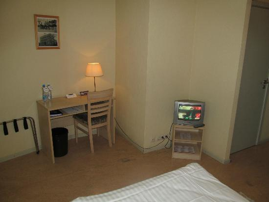 Kolonna Hotel : Room with desk and TV