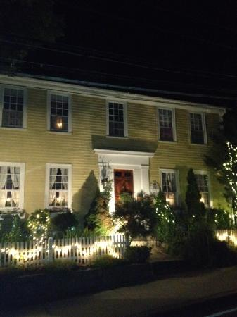Yuletide Inn: B&B at night