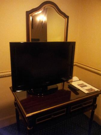 Paradise Inn Windsor Palace Hotel: Room - TV