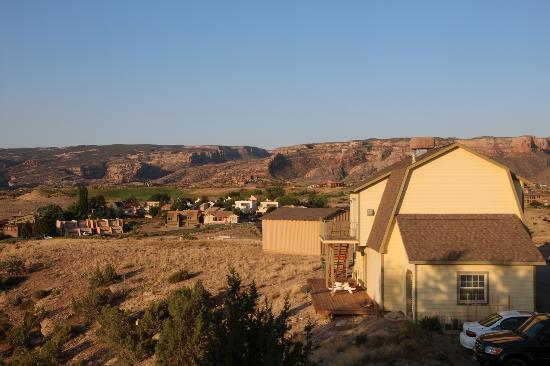 Los Altos Bed and Breakfast: View of shed on proeprty &Colorado National Monument