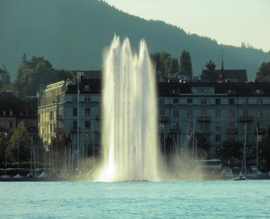Hotel Otter: Fountain on lake