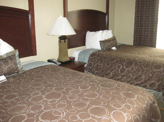 Staybridge Suites Columbia: 2 queen size beds flat screen tv; lamp on unseen side of bed
