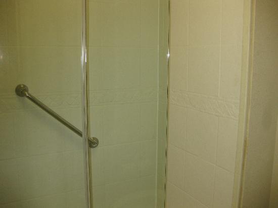 ستايبريدج سويتس كولومبيا: tiled shower nice and clean 