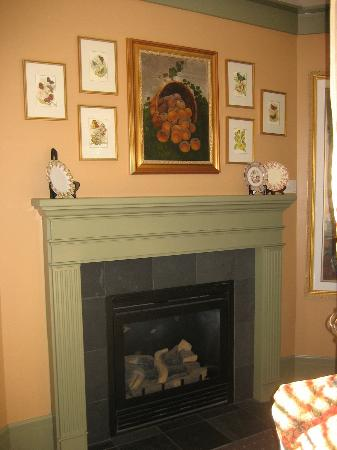 The Inn on Orcas Island: Gas fireplace in our room