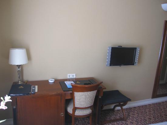 Leopolis Hotel: Room Tv/Desk