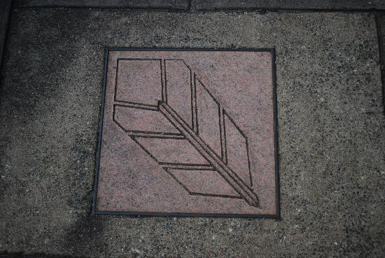 Markers on the kerb to indicate the urban trail
