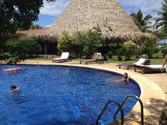 Hotel Playa Negra: poolside, restaurant in back