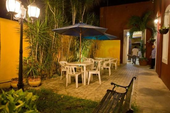 Hostal Santa Lucia : hostel at nite
