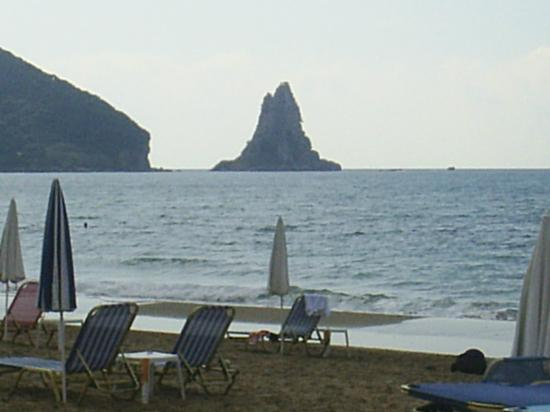 Villa Mary Apartments: Agios Gordis's trademark monolith at the end of the beach.