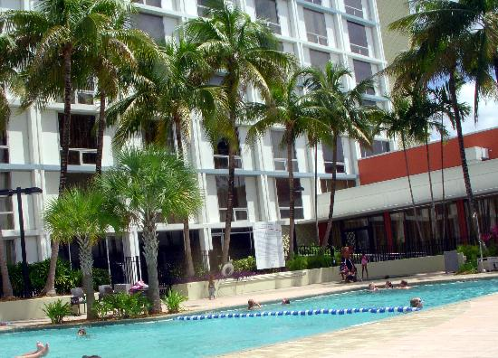 Courtyard Miami Airport: The pool shared with the Marriott