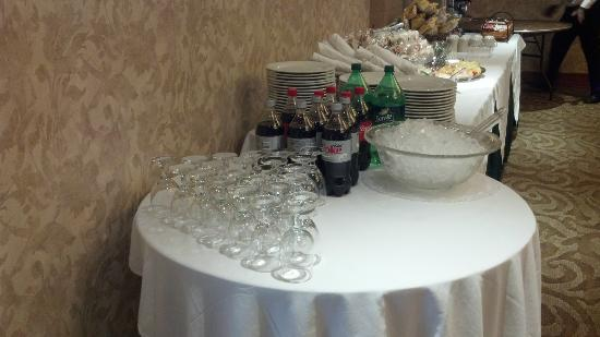 Holiday Inn Plainview - Long Island: not how you serve soda at a paid function