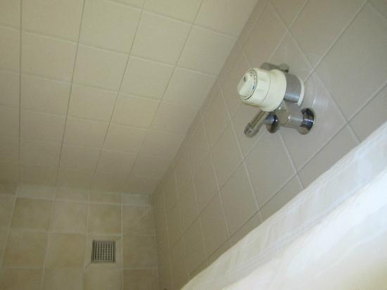 Agnes Blackadder Hall - University of St Andrews: Shower in the Bathroom