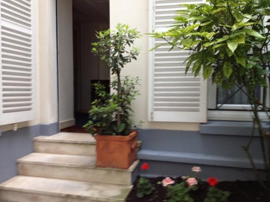 Hotel de Suede St. Germain: flowers in the courtyard.